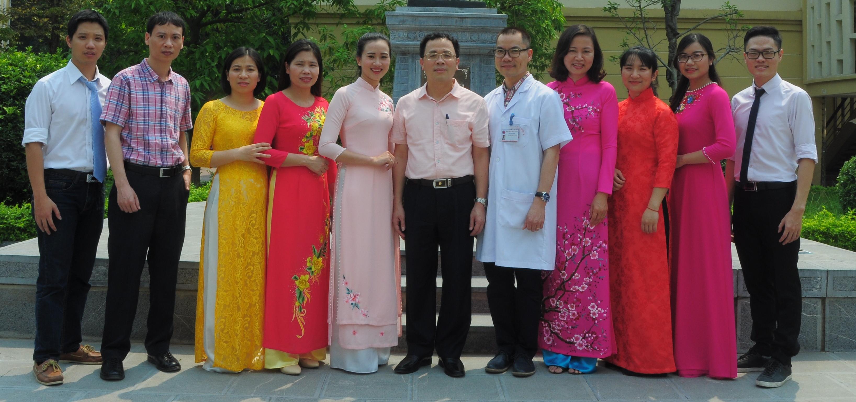 Đội ngũ cán bộ trung tâm cùng Hiệu Trưởng Tạ Thành Văn